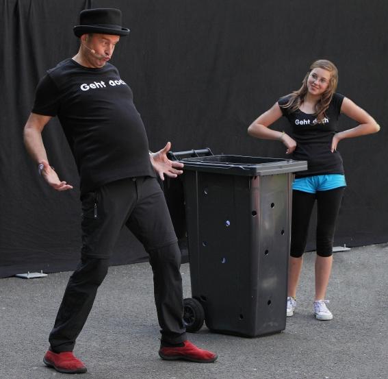 Ralf der Gaukler & Lucy beim Mülltonnenzauber